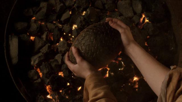 火の中のドラゴンの卵を拾い上げるデナーリス